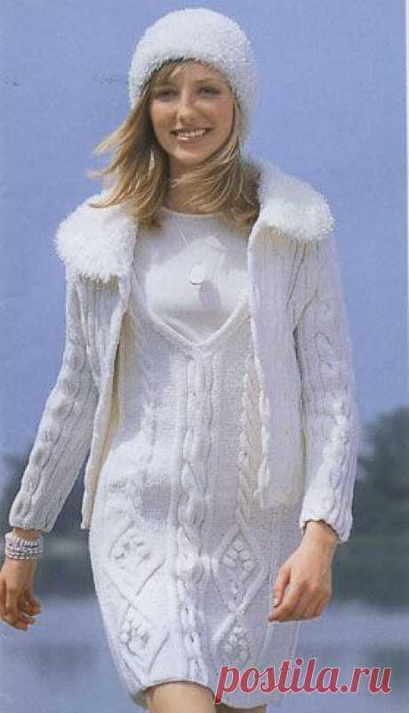 Белый комплект из ромбов и кос: платье, жакет и шапочка