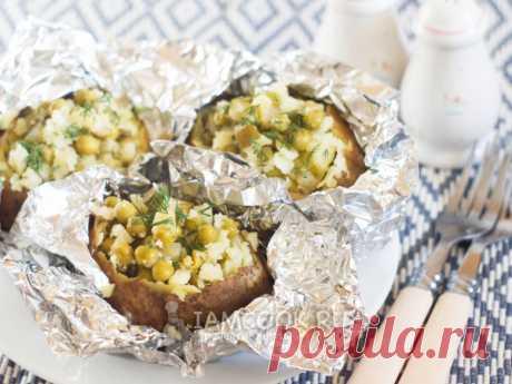 Картошка с огурцами в духовке. Интересное аппетитное блюдо из запеченного целиком картофеля и начинки с солеными огурцами и консервированным горошком!