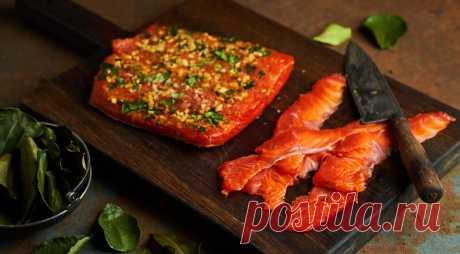 Тайлакс из лосося - ПУТЕШЕСТВУЙ ПО САЙТУ. Тайлакс – это по сути гравлакс в тайском стиле, холодная закуска из маринованного лосося на все случаи жизни. Вместо листьев лайма можно использовать лемонграсс, тонко нарезав его. ИНГРЕДИЕНТЫ 1 целый лосось весом 2,5–4 кг 100 г листьев кафрского лайма 6–7 см свежего корня имбиря 2 ст. л. пасты том-ям коричневый …