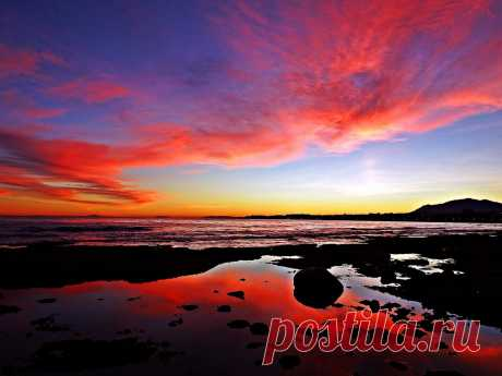 Puesta de sol La costa del Mediterráneo al atardecer