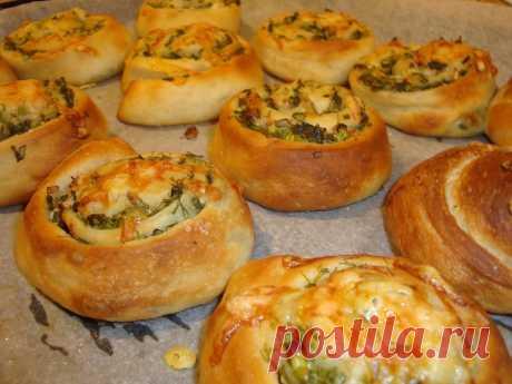 Los panecillos picantes pomposos a la sopa o la sopa de remolacha. Añadan el gusto