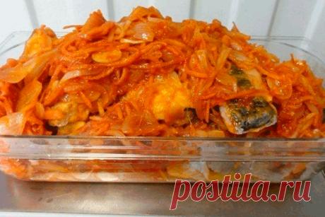 Приготовленная таким образом рыба используется и в качестве горячего основного блюда и в качестве холодной закуски (постояв ночь в холодильнике и хорошо пропитавшись маринадом она только выигрывает во вкусе).  На 4 порции потребуется: 500 граммов филе трески (или филе любой рыбы на ваш вкус) 2 репчатых луковицы 2 небольших моркови 3-4 зубчика чеснока 1 крупный помидор 2 столовых ложки томатной пасты 5 столовых ложек растительного масла 2 столовых ложки муки для панировки 1...