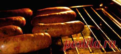 Колбаски с паприкой и вялеными помидорами. Рецепт с фотоинструкцией Пропустить через мясорубку 700 грамм говядины и столько же свинины. По соотношению жира и мышечной массы идеальна свиная лопатка. Говядину лучше брать не жилистую, заднюю часть. Важно, чтобы мясо, впрочем, как и все ингредиенты, было холодным: мясорубка и так механически их разогреет.