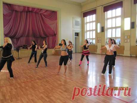 идет набор в группу новичков у Кузьминой Натальи , лучшего преподавателя высшей категории Лиги профессионалов по восточным танцам  в программе  изучение арабского танца классика, фольк, ритмы и стили восточного танца, а так же сценодвижение,хореография, актерское мастерство