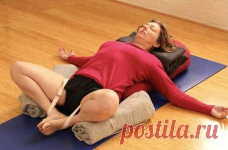 7 лучших упражнений для женщин всех возрастов. Не ленитесь! 1. Поза бабочки лежаЛяг на спину. Соедини стопы вместе, притяни их к паховой области, разведи колени и опусти их на пол, если тебе позволяет растяжка. В этом положении происходит мощнейшее расслабление, хотя поза кажется простой и незамысловатой. Не стоит пытаться усложнять ее, усиливая напряжение внутренней поверхности бедер — в данный момент в приоритете не растяжка, ...
