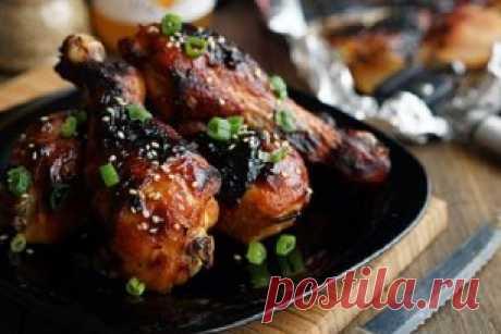 La gallina en la salsa espesa lustrosa.\u000aMirar y preparar: ➤ ➤ ➤ youtube.com\/watch?v=P2aYVwWHECY\u000aLa gallinita resulta muy perfumado con la corteza hermosa y el gusto saturado. La salsa resulta espeso, envuelve bien a la gallina y da el sabor fácil dulce, gracias a la miel.