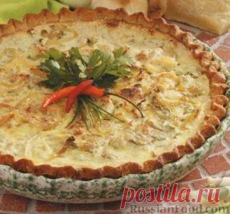Луковый пирог. Для основы такого лукового пирога нужно приготовить песочный корж, а затем наполнить его луком и залить сливочной смесью.