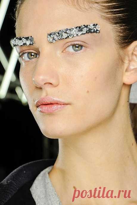 Las cejas muy caras de payetok a Chanel \/ el Maquillaje\/manicura \/ la SEGUNDA CALLE