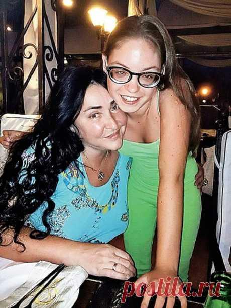 «Будет петь, как мама»: дочь Лолиты и Цекало исполнила песню Патрисии Каас на языке оригинала — Калейдоскоп чудес