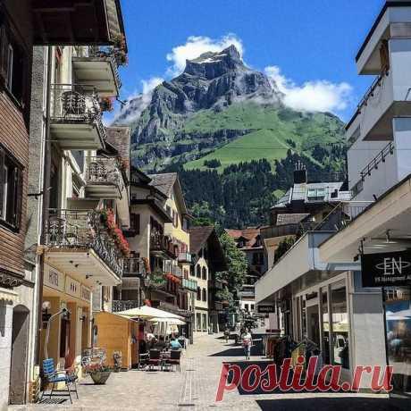 Просто улочка в Энгельберге, Швейцария