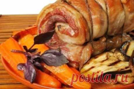 Мясной рулет с овощами. Подавать мясной рулет охлажденным перед подачей нарезать  тонкими ломтиками и украсить тарелку  зеленью и помидорами.