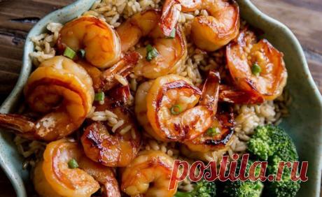 Креветки с соевым соусом и чесноком      Морепродукты и соевый соус — это неразлучное сочетание в азиатской кухне. В многих семьях полюбили блюда, в которых есть эти продукты. А нам нравится, что подобные рецепты готовятся довольно прос…
