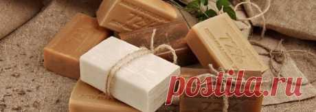 Стиральный порошок из хозяйственного мыла!  Порошок больше не покупаем, мыло отстирывает в 1000 раз лучше!  * 5 кусков хозяйственного мыла натираем на терке:  * добавляем к мыльной стружке равное количество соды пищевой или соды кальцинированной  * и по желанию несколько капель ароматизатора в виде эфирного масла, мы добавляем 15 капель масло апельсина, также можно масло мяты или например масло лаванды!  Перемешиваем все и складываем в большую банку!  Вот и готов идеальный...