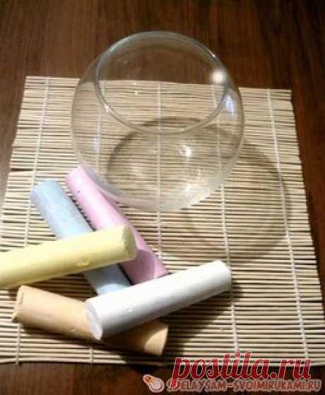 Композиция из цветной соли и искусственных цветов 9 май 2014.  Чтобы украсить свое жилище оригинальной композицией необязательно искать ее в магазине. Декор , созданный своими руками, обязательно наполнит ваш дом теплом и уютом.  Материалы, которые потребуются в процессе работы:  - прозрачная вазочка;  - цветной мел;  - мелкая соль;  - терка;  - клеевой пистолет;  - искусственные цветы;  - жучки для декора.  Приготовьте мелки и вазу. Ее поверхность должна быть чистой и сух...