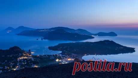 Рассвет на острове Вулькано, Италия. Автор фото – Илья Дубовский: nat-geo.ru/photo/user/51091/ Доброе утро!