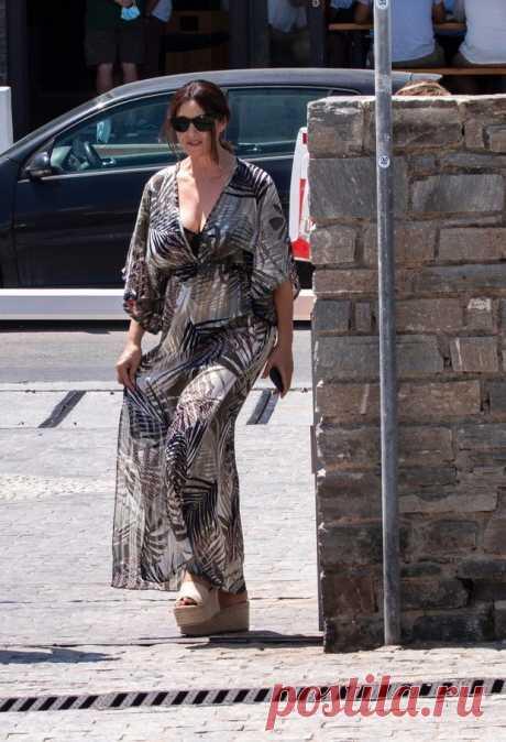 Платье Моники Беллуччи для богемного отдыха Новый выход актрисы Последний месяц лета Моника Беллуччи проводит, наслаждаясь отдыхом на греческом острове Парос. Но даже в расслабленной и неформальной обстановке итальянская актриса демонстрируе…