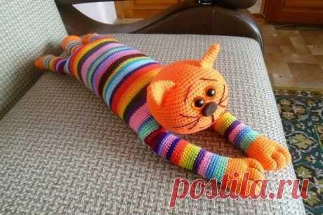 Вяжем кота Аминеко крючком.  Аминеко, одна из самых популярных вязаных игрушек в Японии, уже стал классикой в амигуруми. Это замечательный вариант вязания для начинающих, связав его, можно изучить основные принципы вязания амигуруми, и начать создавать свои игрушки. В Японии выпускают целые книги посвящённые жизни этих котеек, их быту и приключениям. Показать полностью…