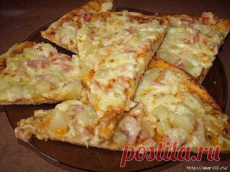 Тонкая пицца с ананасом и ветчиной
