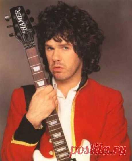 ༺🌸༻ Гэри Мур (Gary Moore, полное имя Роберт Уильям Гэри Мур; родился 4 апреля 1952 года в Белфасте, Северная Ирландия) - певец, гитарист.