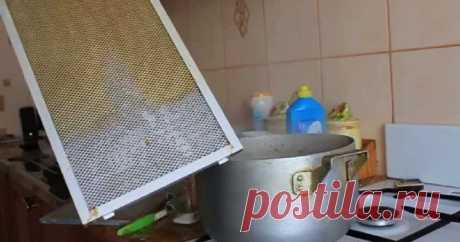 Доступный способ, как отчистить вытяжку от слоя жира, не прилагая особых усилий Вытяжка на кухне – вещь очень полезная. Она позволяет быстро очистить воздух. Любая хозяйка знает о том, что готовить некоторые блюда без помощи «воздушного пылесоса» не очень-то комфортно и приятно. Проблема заключается лишь в том, что с течением времени вытяжка засоряется и ее приходится чистить. Если не знать простых способов, то подобная процедура может отнять немало сил и времени.