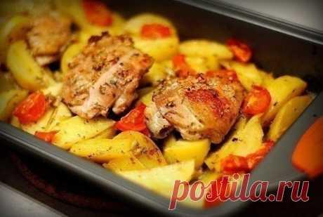 Курица маринованная в кефире, запечёная с картофелем с травами и чесноком. — Мегаздоров