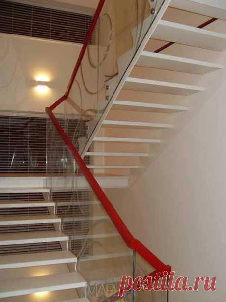 Изготовление лестниц, ограждений, перил Маршаг – Лестница на тетивах со стеклом установлены