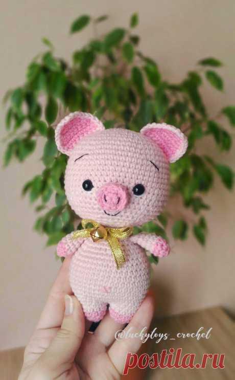 PDF Малыш Хрю. FREE amigurumi crochet pattern. Бесплатный мастер-класс, схема и описание для вязания игрушки амигуруми крючком. Вяжем игрушки своими руками! Свинка, поросенок, pig, piglet, piggy, свинья, поросёнок, schwein, porco. #амигуруми #amigurumi #amigurumidoll #amigurumipattern #freepattern #freecrochetpatterns #crochetpattern #crochetdoll #crochettutorial #patternsforcrochet #вязание #вязаниекрючком #handmadedoll #рукоделие #ручнаяработа #pattern #tutorial #häkeln #amigurumis