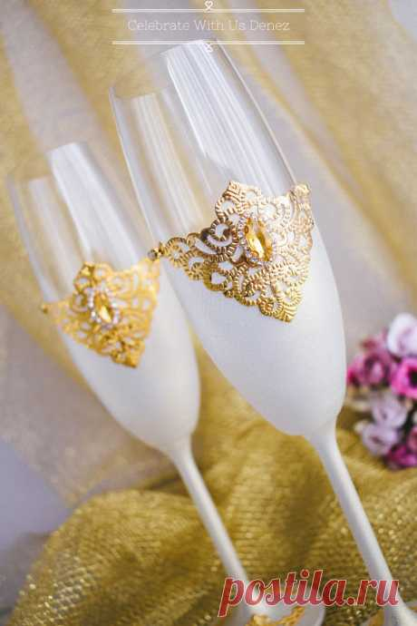 GOLD Wedding Glasses Toasting Flutes Champagne Flutes Toasting Glasses Set Bride and Groom Crystals Champagne Flutes Set 2 pcs GOLD Wedding Glasses Toasting Flutes Champagne Flutes Toasting Glasses Set Bride and Groom 2pcs  These beautiful wedding toasts, suitors, and the bride will really perform at your wedding ceremony. Wedding glasses are elegantly decorated with gold filigree and crystals. A