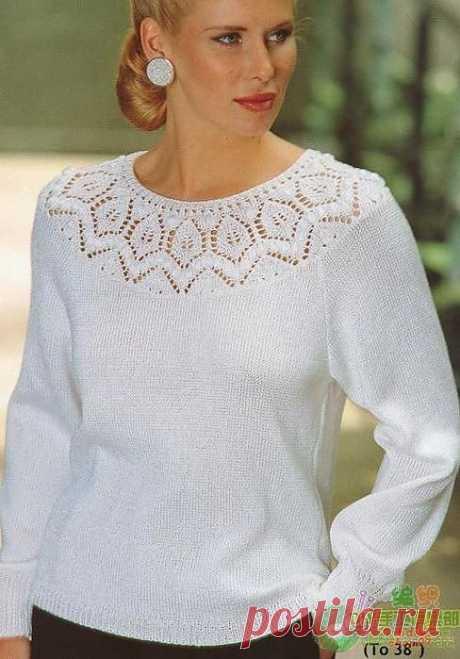 Белый пуловер спицами.