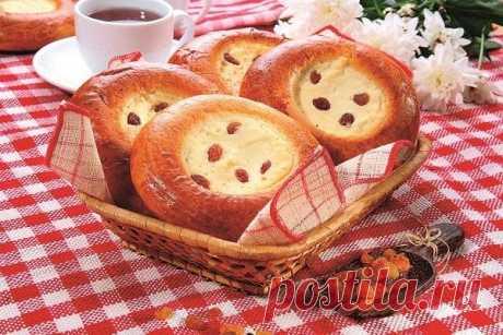 Los pasteles con requesón con el requesón y las pasas