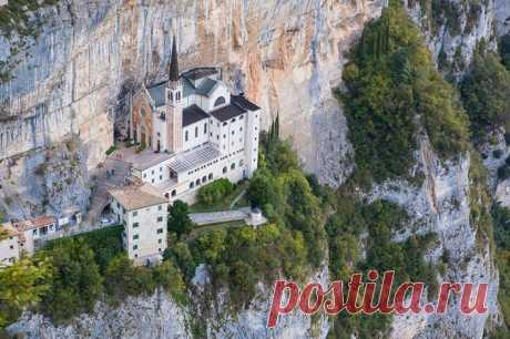 Святилище Богоматери Короны – старинная итальянская церковь