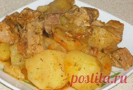 Тушеная картошка с мясом в мультиварке.  Это универсальный рецепт. На его основе я готовлю картошку с мясом, курицей, с добавлением других овощей или грибов.  Можно тушить картошку со сметаной или с томатной пастой. Что в данный момент есть в холодильнике, то и идет в дело. Результат всегда отличный.  Ингредиенты: Мясо (у меня свинина) – 300 г Картофель – 1 кг Лук репчатый – 1 шт Морковь – 1 шт Сметана – 100 г Соль, перец, зелень  Приготовление:  Ставим режим выпечка. В ка...