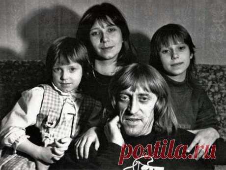 Виктор Авилов с женой Галиной и дочерьми Олей и Аней