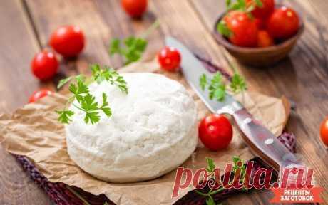 Сулугуни: рецепт нежнейшего кавказского сыра  Сыр сулугуни имеет нежный сливочный вкус. У тебя есть возможность отведать самой и угостить друзей домашним сулугуни.  Сулугуни можно есть просто так, с лавашем, овощами и зеленью, или же использовать в рецепте других блюд.   Ингредиенты: ✓ 4 л 3,2%-го молока, ✓ 1 г сычужного фермента, ✓ 2 лимона, ✓ 1 ч. ложка соли, ✓ 1 стакан воды,    для солевого раствора: ✓ 2 стакана соли, ✓ 2 л воды.    Рецепт приготовления: Для начала приг...