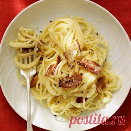 👌 Итальянский ужин за 30 минут - спагетти Карбонара, рецепты с фото Перед вами вариация на знаменитую итальянскую пасту Карбонара. Соус для неё, как правило, делается из бекона, яиц, сыра и чёрного перца, но если добавить немного сливок, получится...