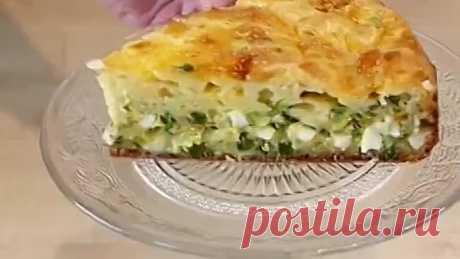 El pastel rápido de aspic con la cebolla y el huevo.