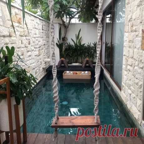 Качели прямо в бассейне. Хотели бы оборудовать такое место у себя на даче?