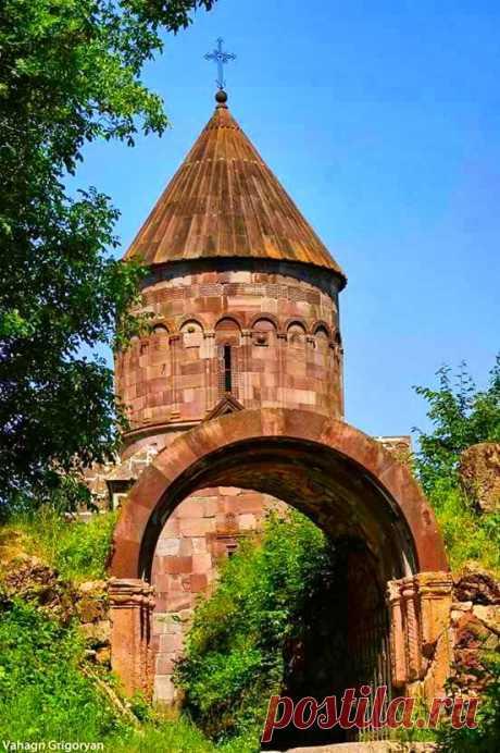 Մակարավանք (Տավուշ, 13-րդ դար)  Makaravank (Tavush, 13th century)    Մակարավանք, 13-րդ դարի հայկական վանական համալիր Հայաստանի Տավուշի մարզում, Աչաջուր գյուղից 3 կմ հարավ-արևմուտք, Պայտաթափ լեռան լանջին։ Մակարավանքի համալիրն իր զարդաքանդակների ինքնատիպությամբ, հարստությամբ և բազմազանությամբ դասվում է Աղթամարի, Բղենո-Նորավանքի, Գանձասարի շարքին և կարևոր տեղ գրավում հայ ճարտարապետության մեջ