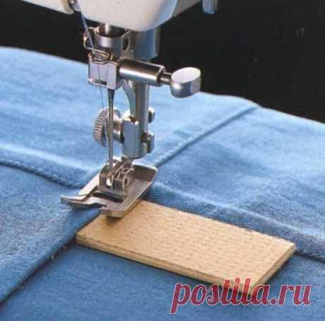 Так советуют проходить толстые швы используя приспособление для толстых швов или,например, кусочек картона.  Начало шва. Чтобы выровнять лапку, положите под нее прокладку (например картоночку) и строчите от края ткани.  Проходя через толстый шов:  1. Строчите, пока не дойдете до толстого шва и лапка не начнет подниматься. Поместите прокладку сзади лапки, чтобы ее выровнять.  2. Двигайтесь по толстому шву, пока лапка не начнет опускаться. Чтобы выровнять лапку, поместите прокладку впереди нее.