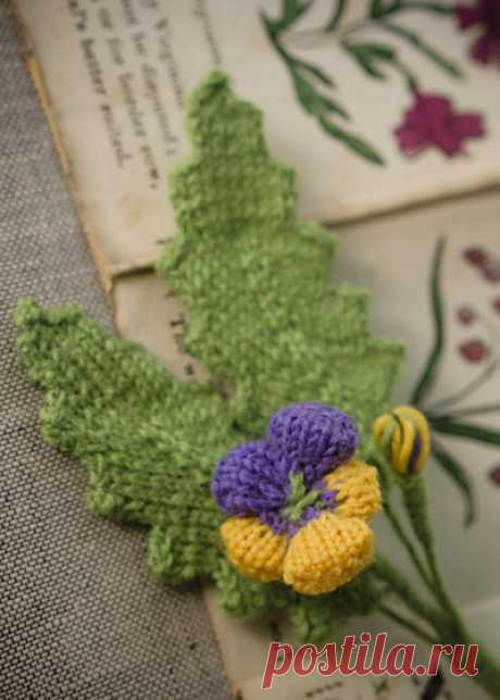 Heart's Ease Boutonniere (Stitches in Time) : Knitty First Fall 2014