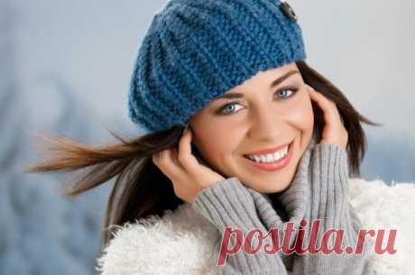 Как сохранить причёску под шапкой Многие модницы не любят носить шапку, которая портит их прическу. Но это не повод отказываться от столь важного зимнего аксессуара. Необходимо научиться как сохранить укладку при любых погодных услови...
