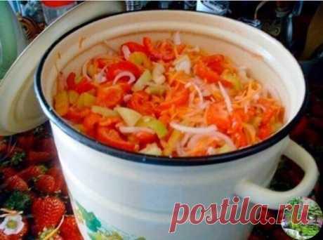 """Салат на зиму """"Остряк"""". Болгарский перец – 1 кг., + зрелые помидоры – 3 кг., + репчатый лук – 1 кг., + морковь – 1 кг., + сахар – 6 ст. ложек с горкой, + растительное масло – 300 гр., + уксус 6% – 6 ст. ложек, + соль – 6 ст. ложек без горки. Рецепт приготовления салата на зиму """"Остряк"""": Овощи хорошо промыть и обсушить. Помидоры нарезать ломтиками, лук – полукольцами. Сладкий перец и морковь нарезать соломкой. Овощи сложить в большую кастрюлю, добавить соль, сахар, масло и хорошо перемешать."""
