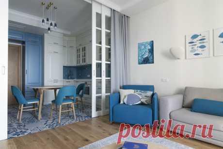Houzz тур: Отпускная квартира в Ялте Кухня в этой квартире начинается сразу от входа, а с террасы открывается вид на Черное море