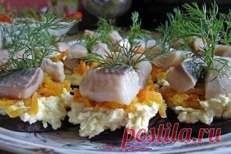 ГОТОВИМСЯ К НОВОМУ ГОДУ!  ФУРШЕТНАЯ ЗАКУСКА С СЕЛЁДКОЙ.  Отличный вариант фуршетной закуски к праздничному столу. Готовится быстро и не хлопотно. Знакомьтесь с рецептом.  Ингредиенты:  сельдь 3 отварной свеклы 3 отварной моркови 1 плавленый сыр 1 вареное яйцо майонез - по вкусу зелень - для украшения  Из свеклы вырезаем небольшие кружочки (можно сделать волнистые края или формочкой для печенья вырезать фигурки). Из плавленого сыра, яйца и майонеза готовим сырную массу (все...