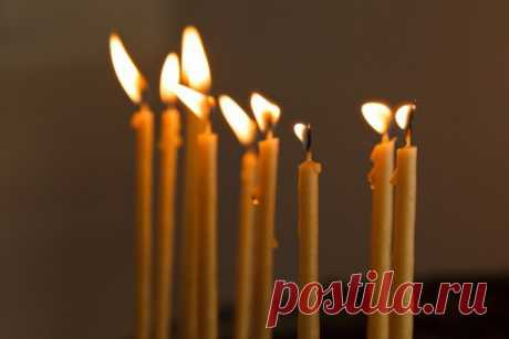 Поминальная свеча - путеводитель для души усопшего. Поминальная свеча – атрибут православия. Когда человек умирает, именно огонек свечи, разгоняя мрак, служит путеводителем для души усопшего. Скорбящие люди держат в руках свечи, верят, что уходящего в иной мир ждет светлая встреча с Господом...