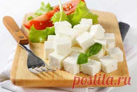 Изюминка домашней кухни: яичный сыр  Попробовав приготовить этот сыр хотя бы раз, вы уже точно не будете покупать его в магазине.  Ингредиенты: Яйца – 10 шт. Молоко – 1 л Сметана – 1 ст. Соль – 1 ч.л. Сахар – 1 ст.л.  Способ приготовления: Яйца соединить с солью и сахаром размешать, дать постоять 5 минут.  Добавить молоко, сметану, все тщательно перемешать.  Приготовленную смесь вылить в кастрюлю, затем поставить на водяную баню в большую кастрюлю с холодной водой и довест...