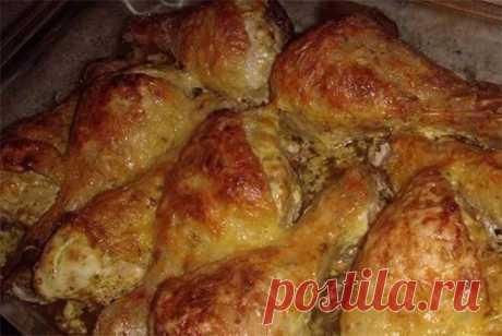 """Ингредиенты: – 10 куриных ножек – 100 гр сыра – 100-150 гр сметаны – 5 зубчиков чеснока – приправа для курицы – соль, чёрный перец  Приготовление: 1. Куриные ножки промыть в воде и тщательно посолить. 2. Выдавливаем чеснок, смешаем с чёрным перцем и приправой для курицы. Втираем в каждую """"ножку"""", а затем обмакиваем их в сметане. 3. Выкладываем куриные ножки на противень, смазанный топлёным или растительным маслом. Сверху посыпаем тёртым ..."""