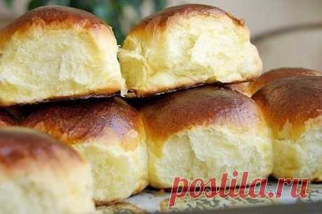 Ванильные булочки  Эти булочки ооочень похожи на те советские булочки за 9 копеек. Они такие же воздушные, мягчайшие, ароматные.... Пока это самые лучшие, которые я пекла, на сегодняшний день.  Понадобится:  На 16 булочек:  1 пачка (8 г) сухих дрожжей  600 г муки (возможно больше, так как качество муки отличается)  250 мл молока  4 яичных желтка  100 г сливочного масла  2 пакетика ванилина  100 г сахара  щепотка соли   Для обмазки:  1 желток  2 ст.л. свежих сливок  Пригото...