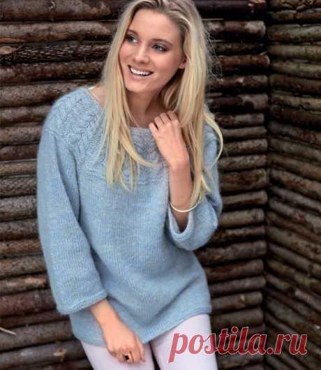 Голубой пуловер с интересной кокеткой
