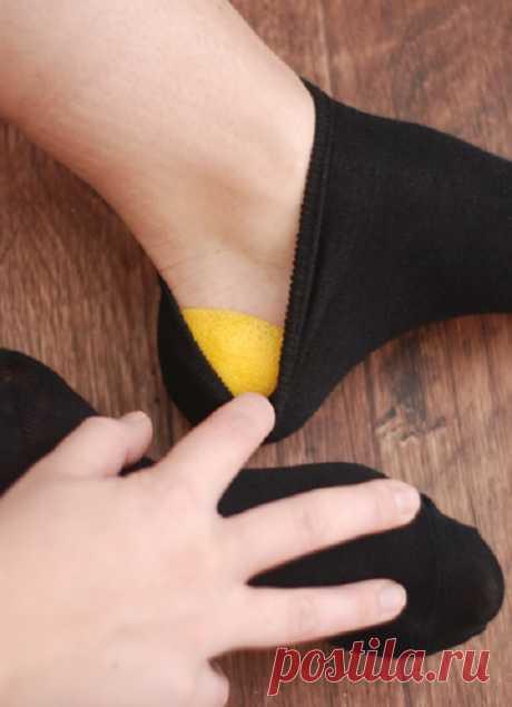 La corteza de limón en el calcetín y los talones como al niño